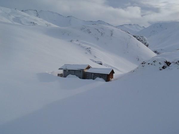 Chalet de montagne sous la neige en Autriche
