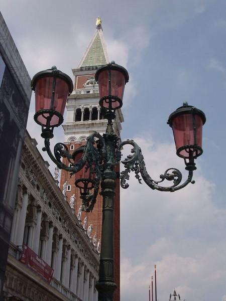 Lampadaire et campanile Saint Marc à Venise